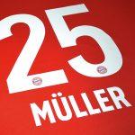 Hochwertige Textilveredelung für Grossproduktionen mit hoher Qualität hier eine FC Bayern Rückennummer von Thomas Müller