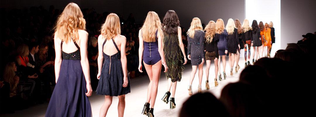 Textilveredelung für Fashion & Funktionskleidung hier bestickte Kleider auf dem Laufsteg