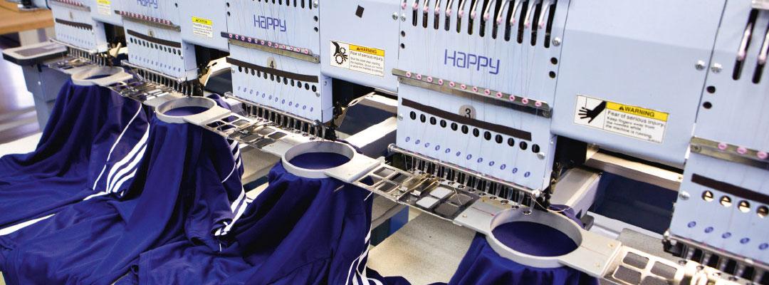 Hochwertige Textilveredelung für Grossproduktionen mit hoher Qualität hier Direktbestickung für Schriftzüge und feingliedrige Motive