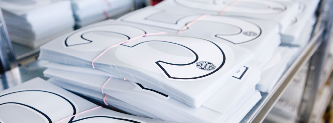 Hochwertige Textilveredelung für Grossproduktionen mit hoher Qualität hier eine FC Bayern Rückennummer von Robben